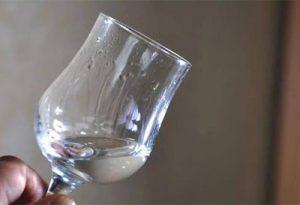 """杯壁上布满""""泪珠""""的现象就叫挂杯"""