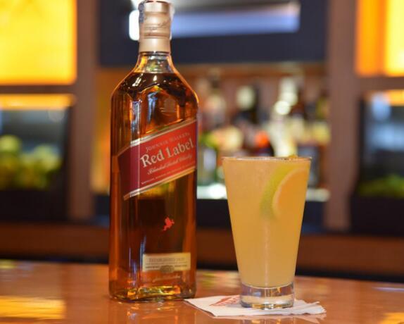 尊尼获加红牌威士忌兑什么饮料好喝,兑热开水好喝还能治感冒-酒文化